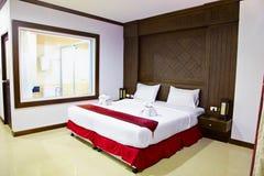Interior de un cuarto en hotel. Cama grande. Imagen de archivo