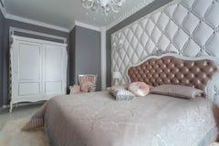 Interior de un dormitorio clásico del estilo en casa de lujo Imagen de archivo