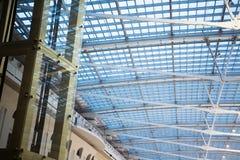 Interior de un edificio moderno Fotografía de archivo libre de regalías
