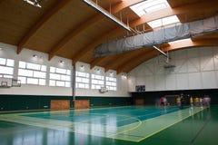 Interior de un gimnasio de múltiples funciones moderno Imágenes de archivo libres de regalías