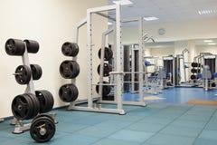 Interior de un gimnasio moderno Foto de archivo libre de regalías