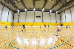 Interior de un gimnasio moderno con la gente joven fotos de archivo