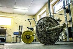 Interior de un gimnasio viejo para el levantamiento de pesas Imagen de archivo