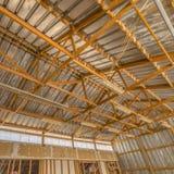Interior de un granero con el tejado y las paredes del metal fotografía de archivo