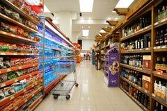 Interior de un hyperpermarket barato Voli Imagen de archivo libre de regalías