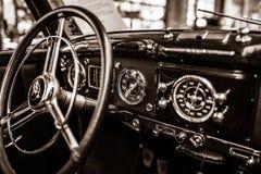 Interior de un ` de lujo del mismo tamaño W187, 1951 del cabriolé A del ` de Mercedes-Benz 220 del coche Foto de archivo