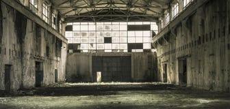 Interior de un pasillo abandonado de la producción en Tarnita, Rumania Foto de archivo