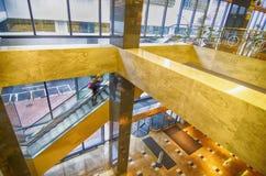 Interior de un pasillo del edificio de oficinas con la recepción Fotografía de archivo libre de regalías