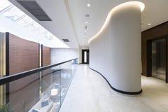 Interior de un pasillo moderno del hotel Imagenes de archivo