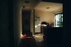 Interior de un pequeño apartamento fotos de archivo