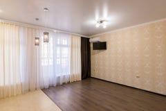 Interior de un pequeño cuarto con una ventana grande sin muebles fotos de archivo libres de regalías