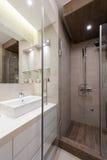 Interior de un pequeño cuarto de baño Fotos de archivo