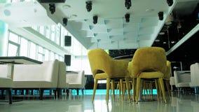 Interior de un restaurante hermoso en el último piso con una hermosa vista de la ventana 4 del restaurante almacen de video