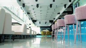 Interior de un restaurante hermoso en el último piso con una hermosa vista de la ventana 4 del restaurante almacen de metraje de vídeo