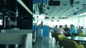 Interior de un restaurante hermoso en el último piso con una hermosa vista de la ventana 4 del restaurante metrajes