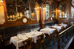 Interior de un restaurante pasado de moda vacío Fotos de archivo libres de regalías