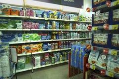 Interior de un supermercado barato IDEA Imagen de archivo libre de regalías