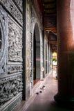 Interior de un templo asiático adornado Fotografía de archivo libre de regalías