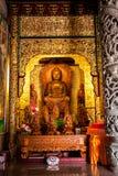 Interior de un templo asiático adornado fotografía de archivo