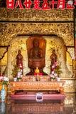 Interior de un templo asiático adornado Foto de archivo