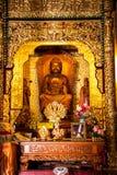 Interior de un templo asiático adornado imagen de archivo