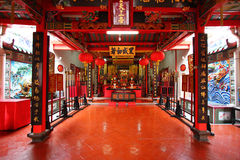 Interior de un templo chino imagen de archivo