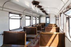 Interior de un vehículo de pasajeros viejo en un ferrocarril El tren histórico del vintage salió levemente de ángulo Filas de asi foto de archivo libre de regalías
