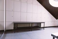 Interior de un vestuario del armario imagenes de archivo