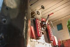Interior de un viejo Krupp locomotor alemán en la estación de Larissa, G fotos de archivo