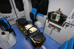 Interior de una ambulancia moderna con el ensanchador Imágenes de archivo libres de regalías