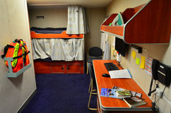 Interior de una cabina viva con las literas en el bote patrulla de la embarcación Fotos de archivo libres de regalías