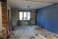 Interior de una casa bajo construcción Renovación de un apartme imagen de archivo libre de regalías