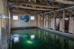 Interior de una casa del baño en las aguas termales de un lago summer fotografía de archivo libre de regalías