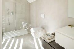 Interior de una casa moderna, cuarto de baño Fotos de archivo libres de regalías