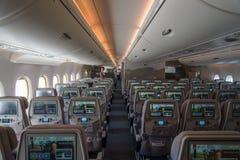 Interior de una clase de economía de los aviones más grandes Airbus A380 del mundo Foto de archivo libre de regalías