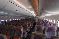 Interior de una clase de economía de los aviones más grandes Airbus A380 del mundo Imagenes de archivo