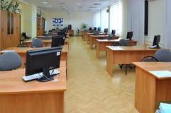 Interior de una clase vacía del ordenador en escuela Imagenes de archivo
