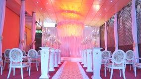 Interior de una decoración del pasillo de la boda lista para las huéspedes Sitio hermoso para las ceremonias y las bodas Concepto almacen de video