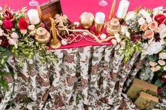Interior de una decoración de la tienda de la boda lista para las huéspedes Servido alrededor de la tabla de banquete al aire lib Fotos de archivo libres de regalías