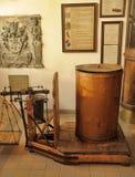 Interior de una droguería antigua Fotos de archivo libres de regalías