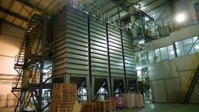 Interior de una fábrica moderna, premisa grande industrial del hangar, almacén Estructuras de acero grandes para la planta, tub almacen de video