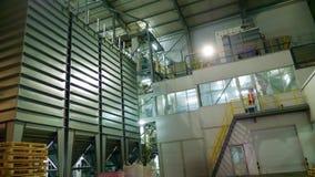 Interior de una fábrica moderna, premisa grande industrial del hangar, almacén Estructuras de acero grandes para la planta, tub almacen de metraje de vídeo