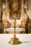 Interior de una iglesia católica Fotografía de archivo libre de regalías