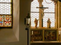 Interior de una iglesia católica Fotos de archivo
