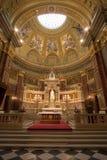 Interior de una iglesia católica Fotografía de archivo