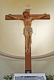 Interior de una iglesia italiana con la cruz Fotos de archivo