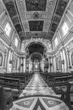 Interior de una iglesia vieja con las columnas blancas y el techo adornado Fotos de archivo
