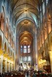 Interior de una de las catedrales más viejas de Europa Notre Dame de Paris francia imagen de archivo
