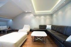 Interior de una sala de estar de lujo espaciosa con el techo colorido Foto de archivo libre de regalías