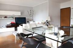 Interior de una sala de estar, de un vector de cristal y de una TV fotos de archivo
